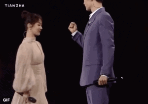 Yang Zi sent an encouraging cheer to Xiao Zhan on stage